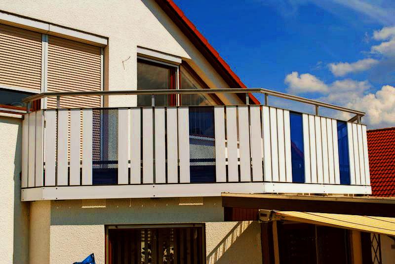 Balkonbretter und blaues Lochblech abwechselnd