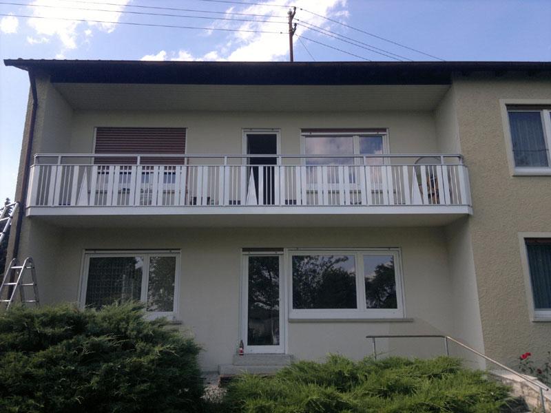Balkonbretter und Stäbe eloxiert und weiß