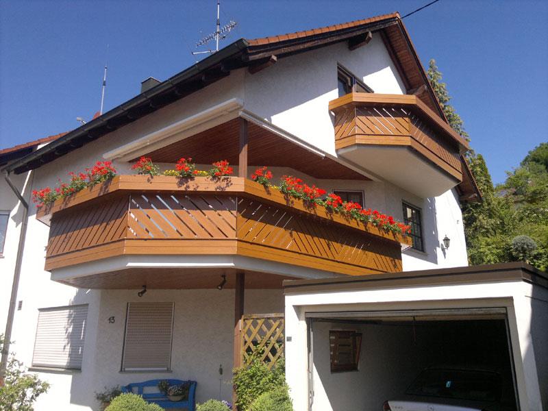 Balkonverkleidung mit Blumenbank