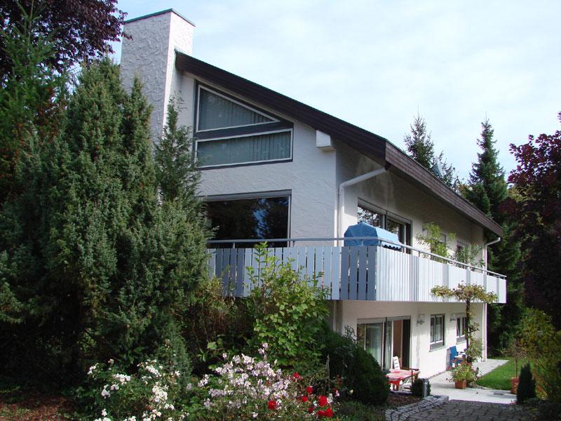 Duo aus weißen und grauen Balkonbrettern