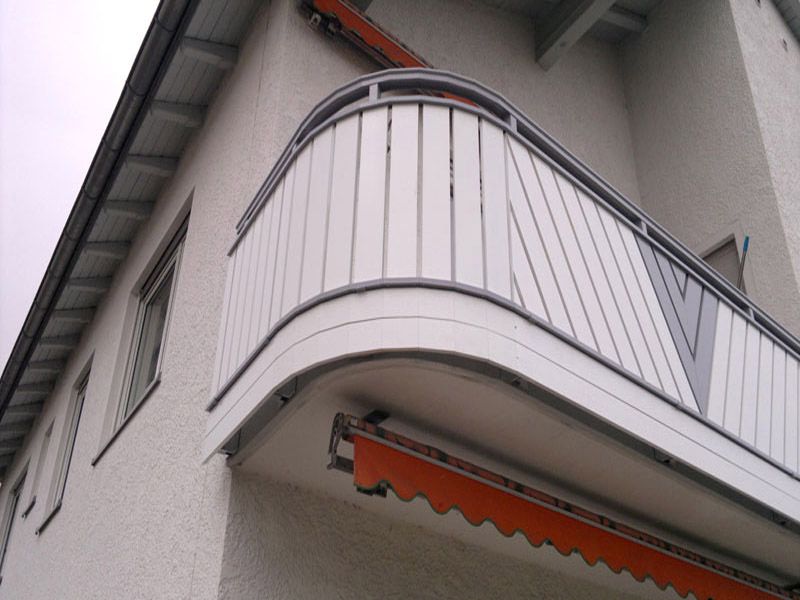 Balkongeländer an runder Betonplatte