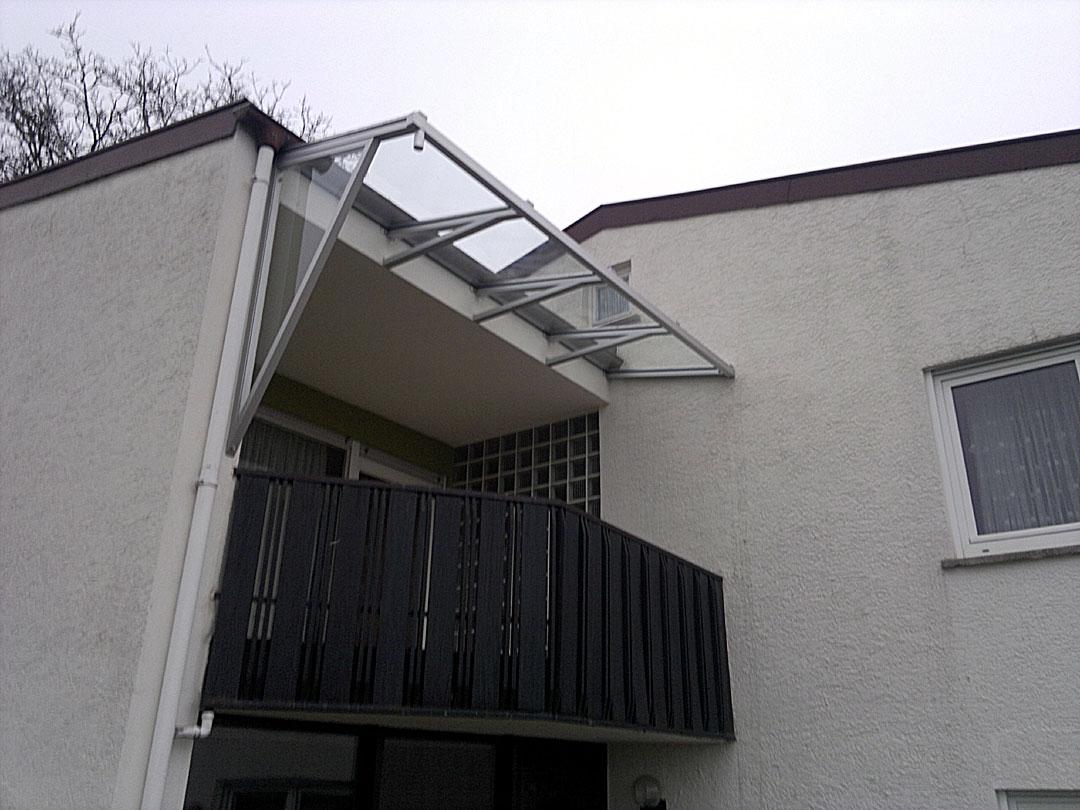 Balkonüberdachung in Alu eloxiert mit Windschutz