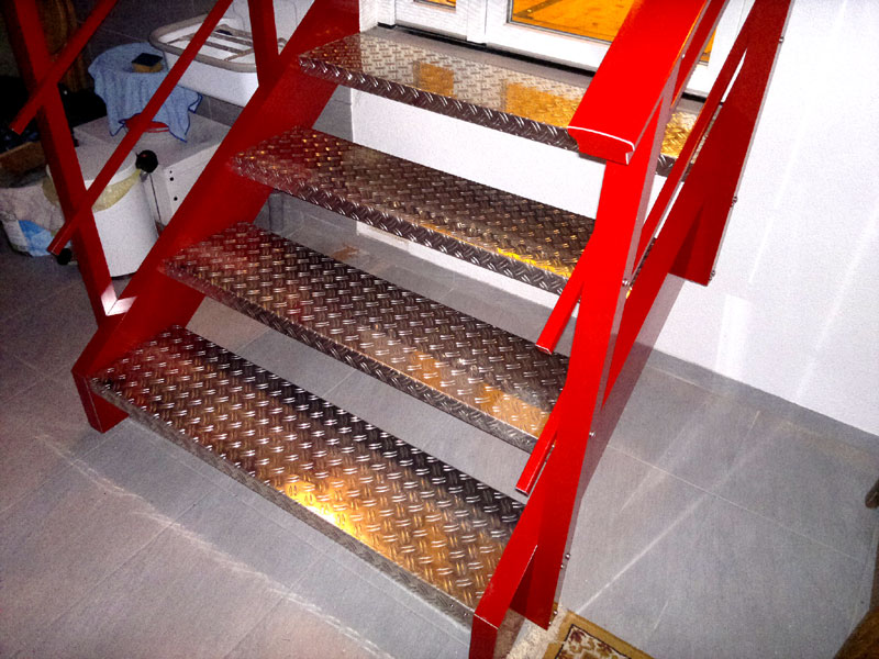 Treppe Alu rot pulverbeschichtet