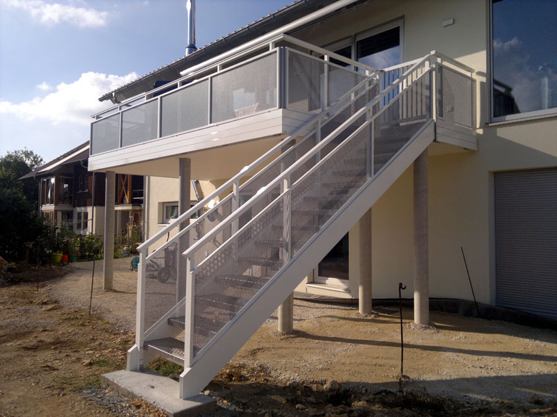 Treppe in weiß und grau pulverbeschichtet
