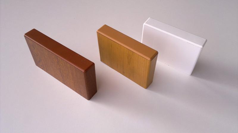 Kunststoffbretter in weiß und Holz Dekor