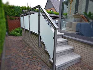 Treppenaufgang aus Glas und Aluminium