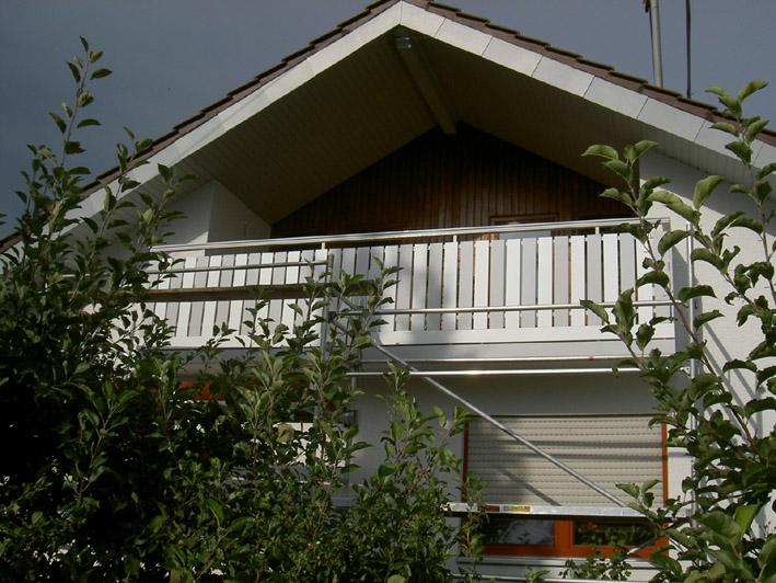 Balkonbretter in weiß und grau