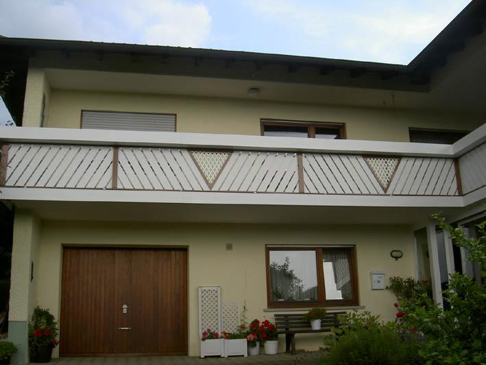 Balkonverkleidung Kunststoff weiß und braun