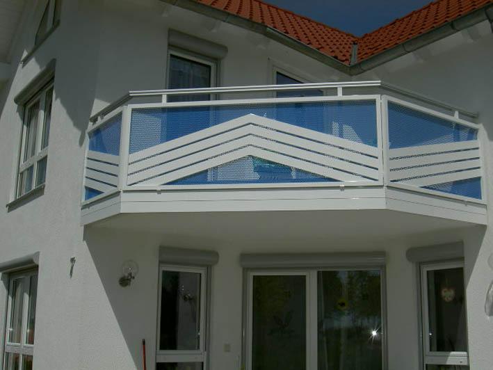 Balkon in Alu Lochblech blau und schrägverlaufende Profile weiß